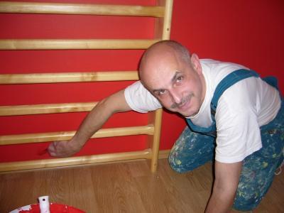 Výmalba profesionálními barvami Vinyl matt dokončení sytě červené stěny se žebřinami provádí malíř Karel Koubek