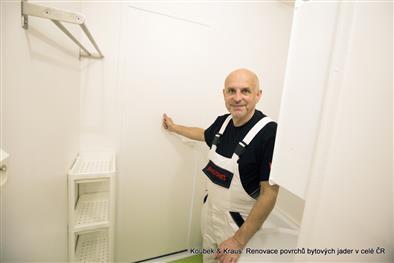 Renovace povrchů koupelny a toalety umakartového jádra bez bourání v bílé barvě předává Karel Koubek s úsměvem