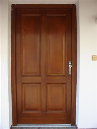 Venkovní vchodové dveře dřevěné