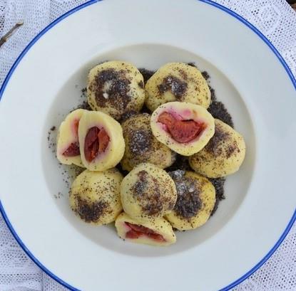 Bramborové knedlíky plněné ovocem