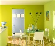 Antibakteriální 100% omyvatelný a odolný povrch, pastelově zelenkavý na stěnách s bílým stropem a s výhledem do světle modré předsíňky s dětskou koloběžkou /Zdroj Johnstones/