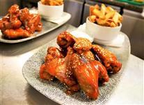 Smažená kuřecí křídla se Srirachou, medem a limetkou